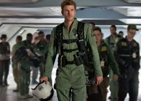 Liam Hemsworth tenta salvar o mundo em trailer de 'Independence Day 2'