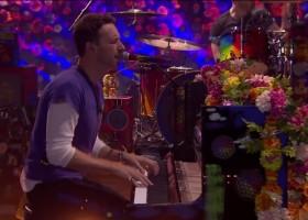 Pai leva filho autista a show do Coldplay e garoto se emociona com música preferida