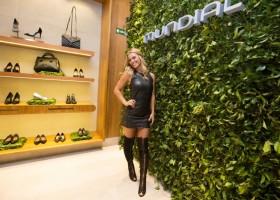Carolina Dieckmann marca presença em evento da Mundial Calçados
