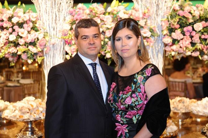 Posando para a foto, o casal Marijane Vellasco e Ricardo Carrelo.