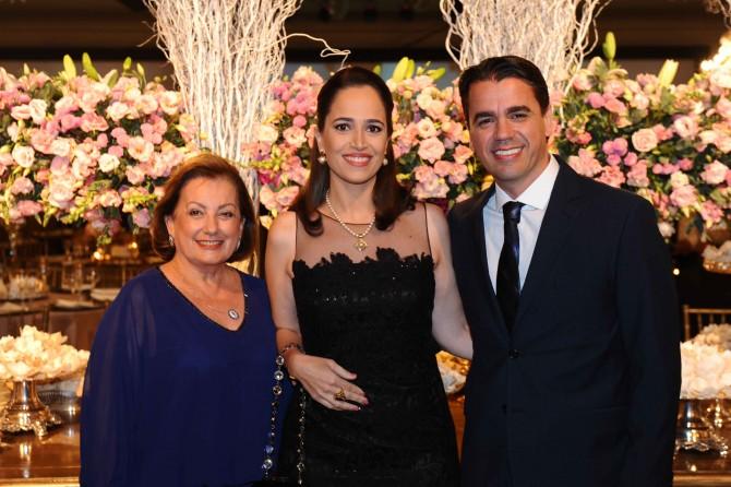 Em noite de festança, Christina Carvalho ao lado de Sabrina Adorno e Guilherme Alcântara Carvalho.
