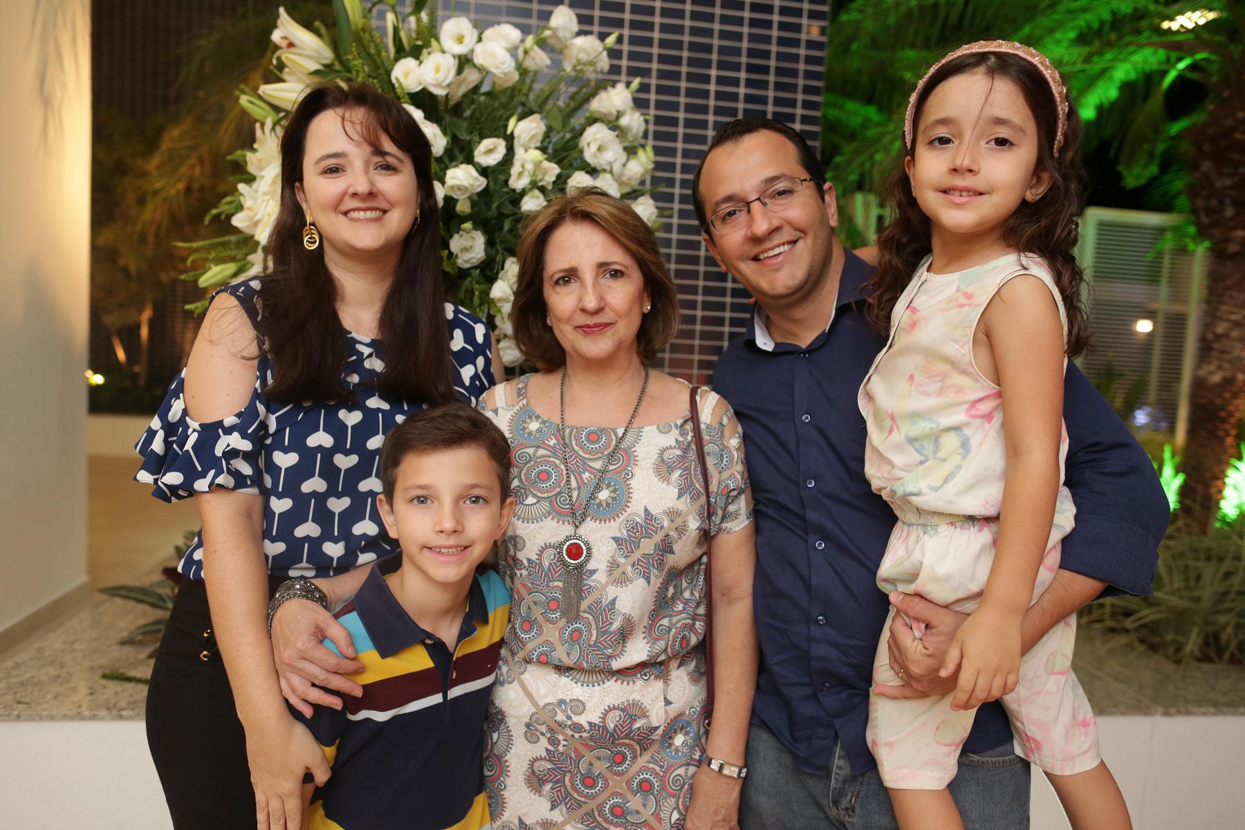 Luciana Alves com a mãe Aise, marido Ricardo Alves e filhos.