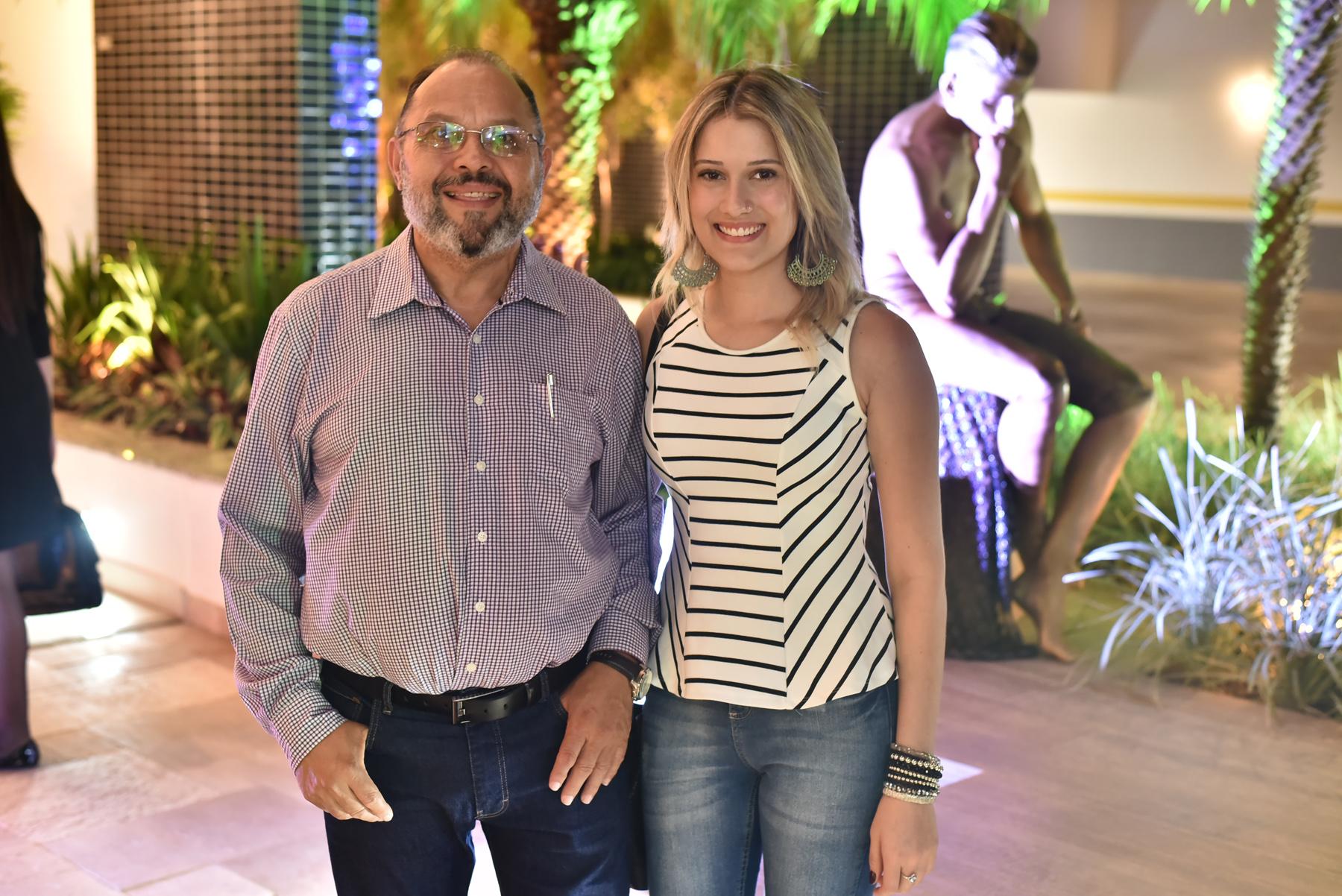 Antonio Carlos da Silva fotografado ao lado da filha Julia Mattos.