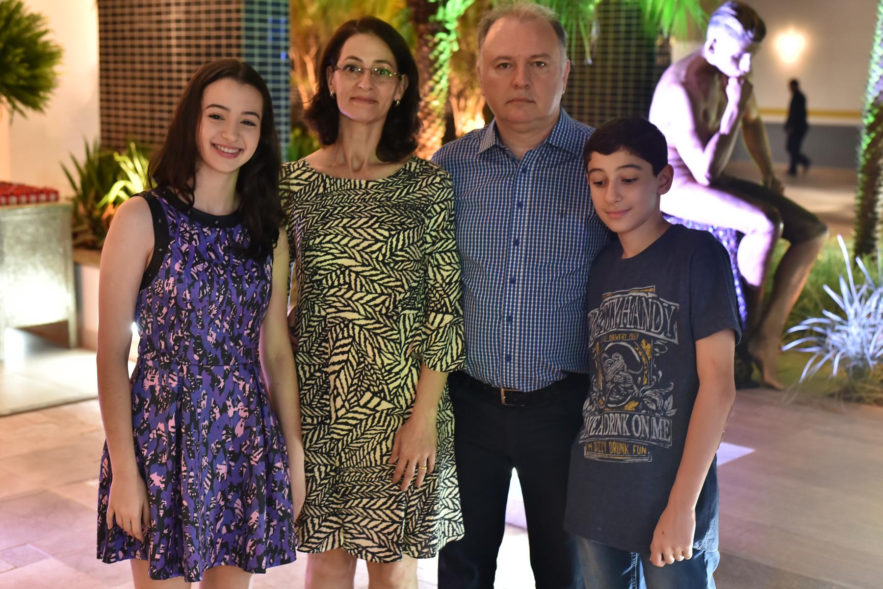 Antonio Marcos Sartori com esposa Silvana Sartori e filhos.