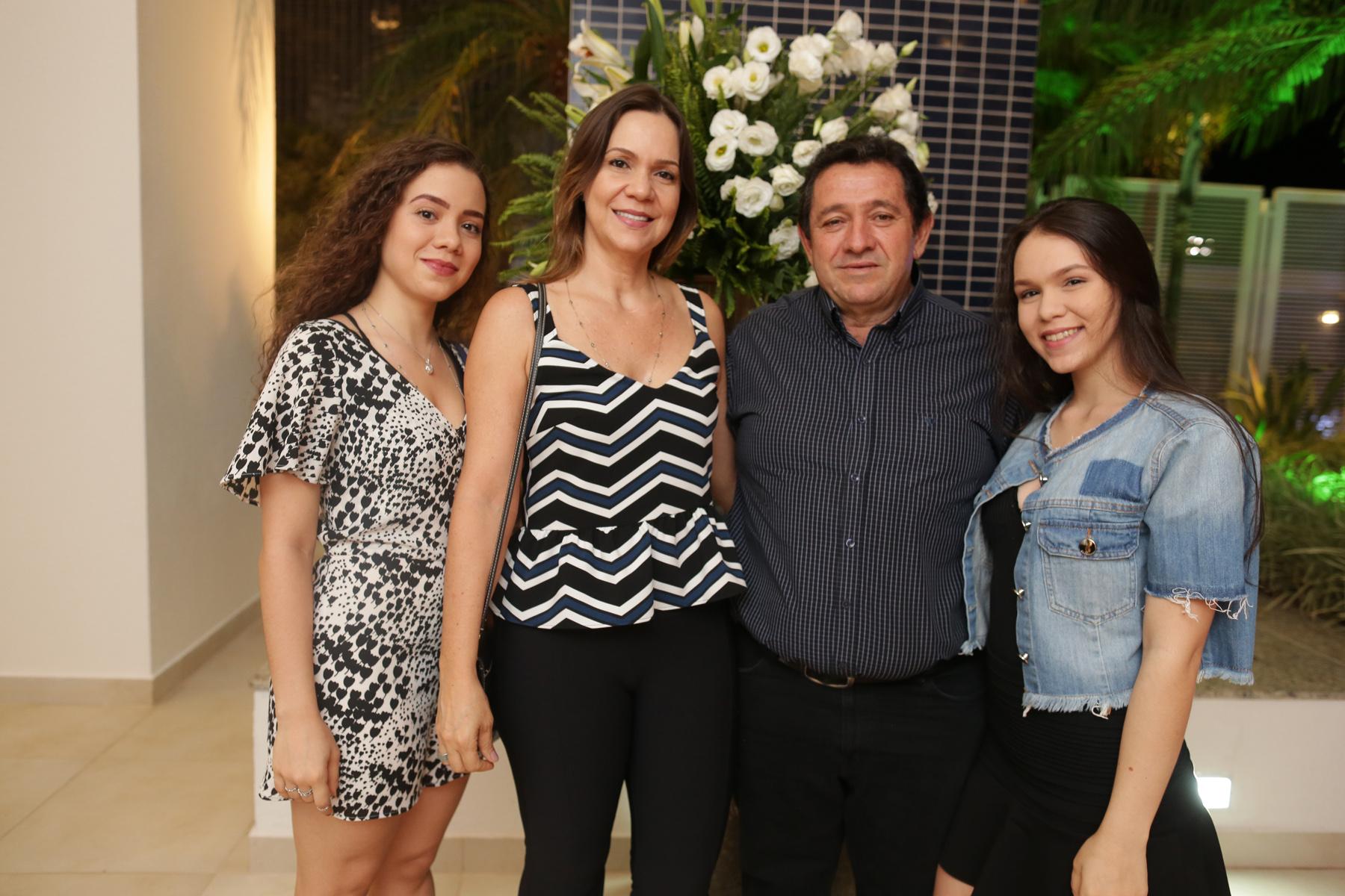 Roberto Tonial e esposa Erica com filhas Roberta e Gabriela.