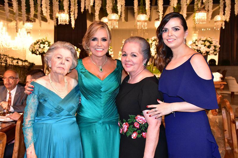 Família reunida para as fotos: Derluce, Carmen, Janete e Thaís Morais.
