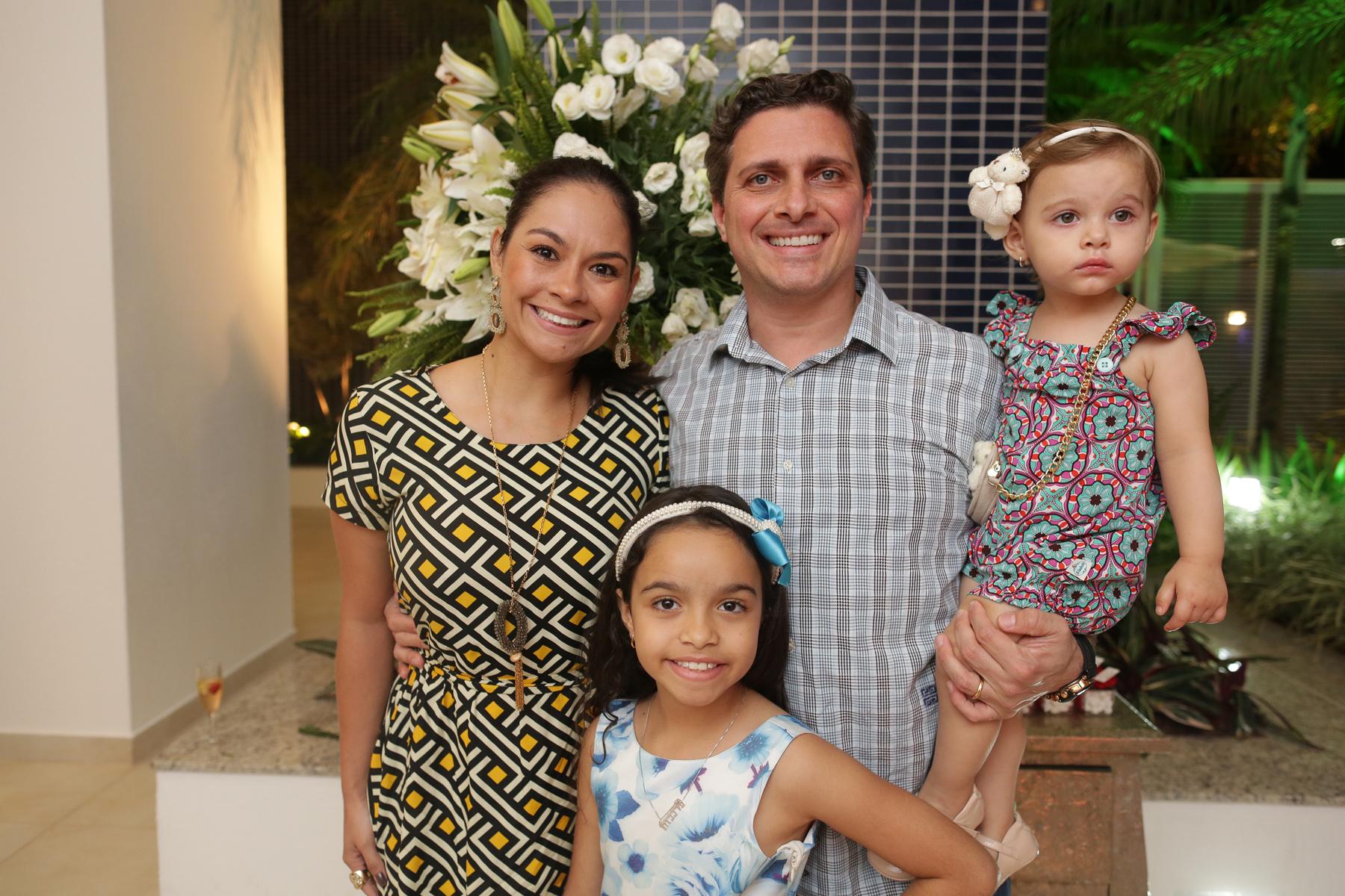 Daniel Dionello ao lado de sua esposa Heloise e de suas filhas filhas.