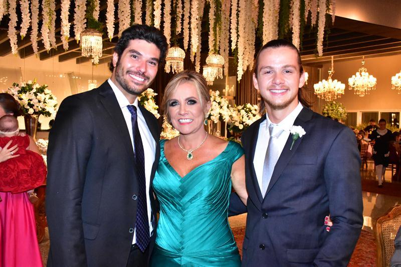 Carmen Morais ao lado de Renato Dias e de seu filho Felipe Morais.