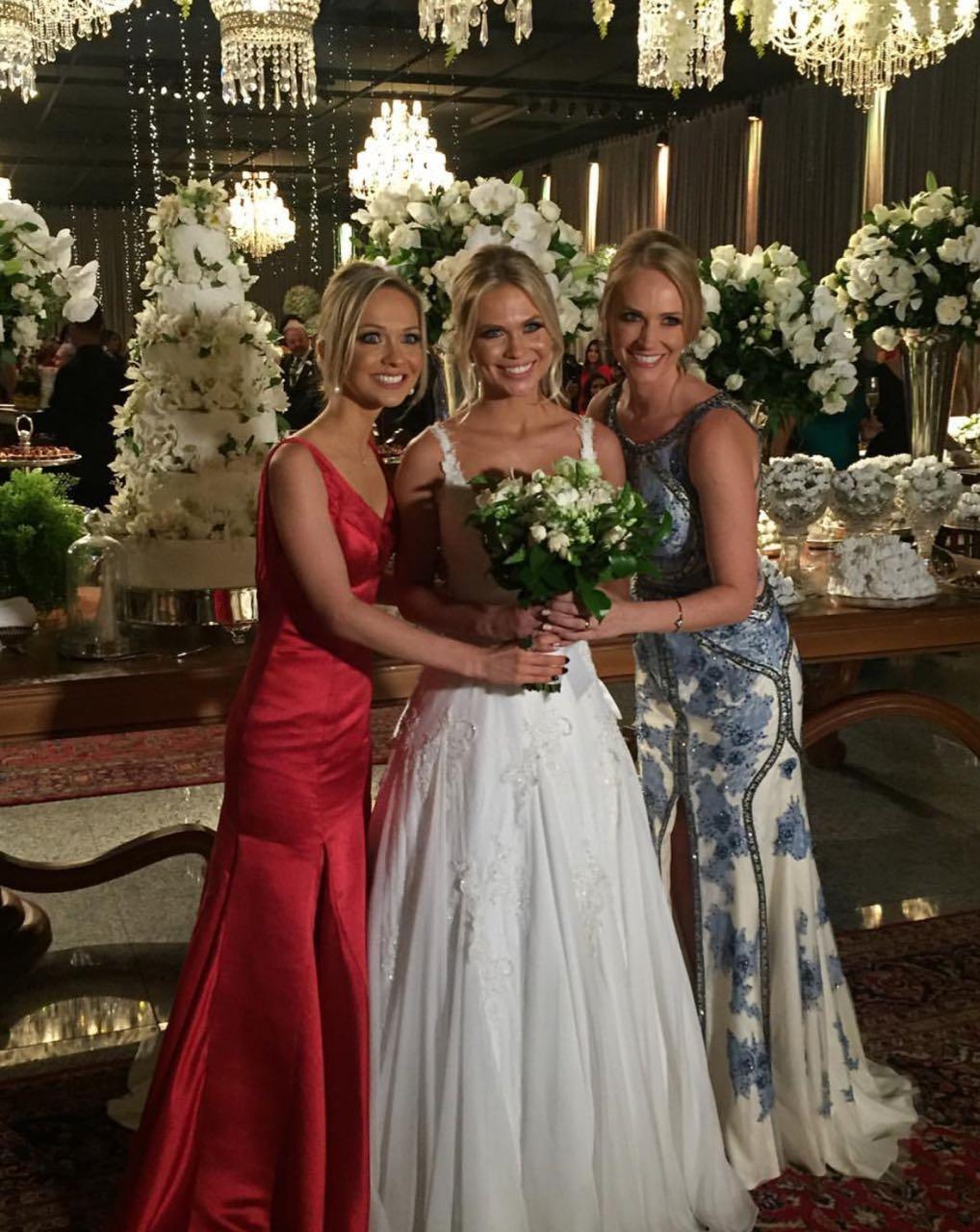A noiva Theresa ladeada por suas irmãs, Carol e Madeleine Zaionc