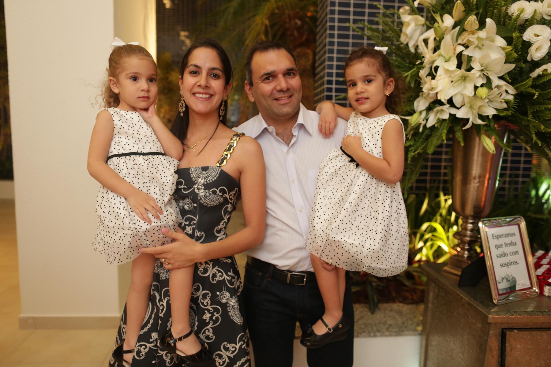 Dr. Alexandre Cury , a esposa Mariluce e filhas Julia e Laura.