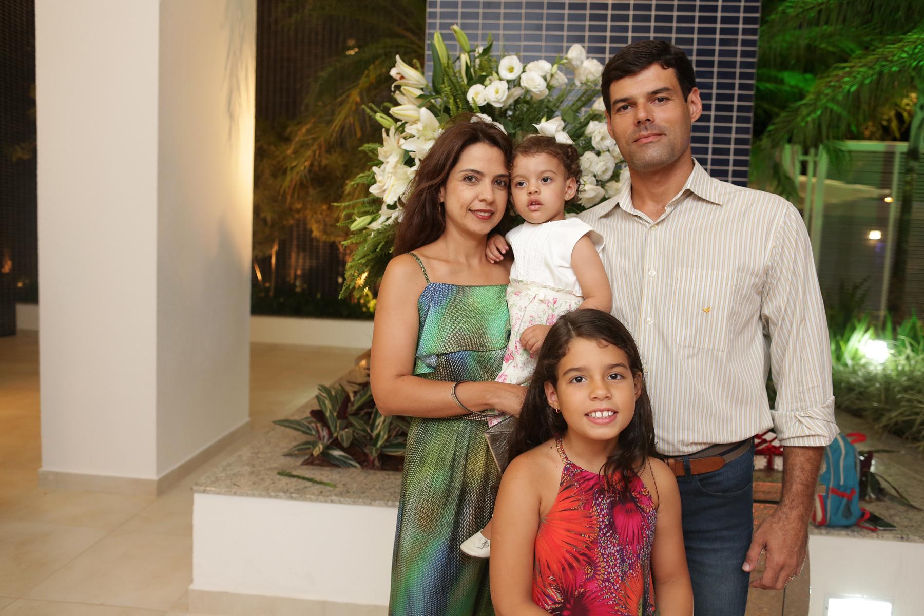 Gustavo Horn com esposa Cristiane e filhas Nicole e Beatriz.