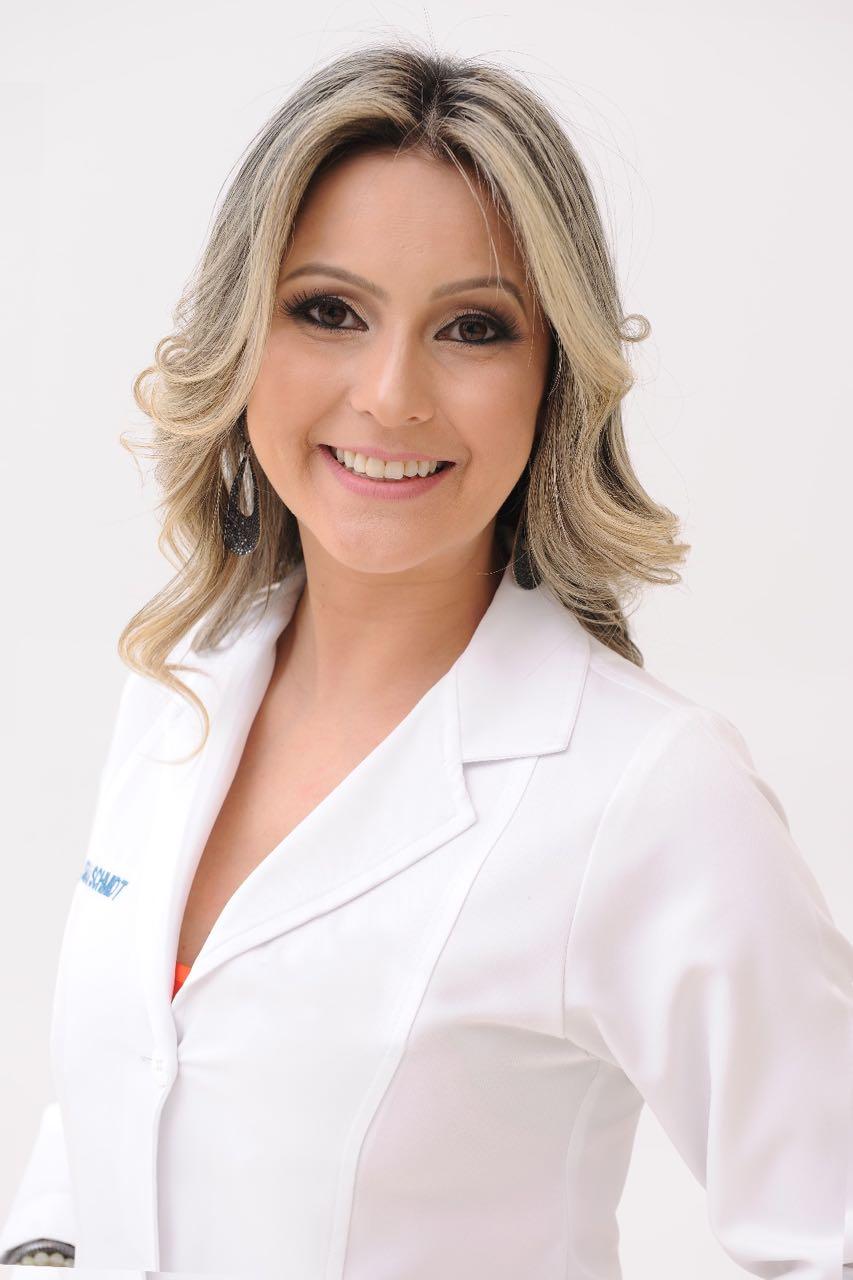 A cirurgiã dentista Samara Schmidt, especialista em dentística, em prótese dentária e membro da Sociedade Brasileira de Odontologia e Estética, é o destaque da coluna deste domingo. By: Marcos Vollkopf.