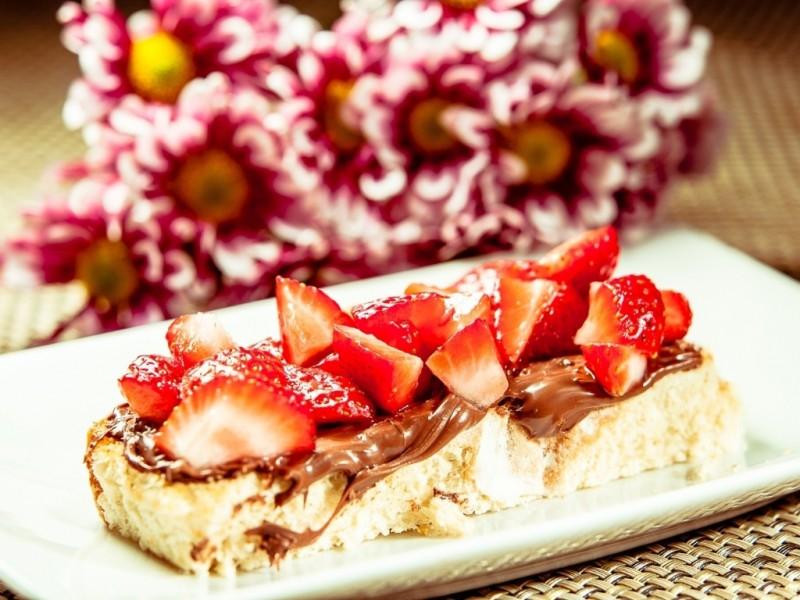 bruschetta-de-creme-de-avela-com-morangos-1442514616541_1024x768