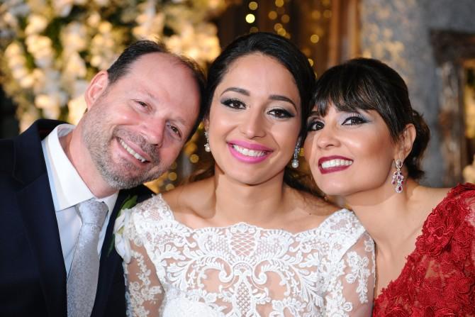 Familia reunída: a noiva Isabella Lima Parizotto fotografada com seus pais Symonne de Oliveira Lima Parizotto e Valério Antônio Parizotto.