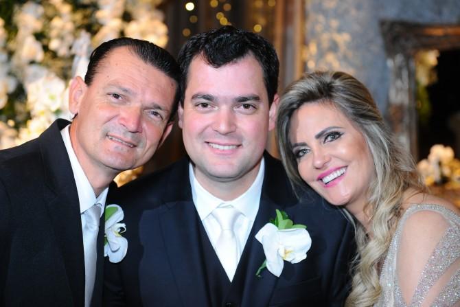 O noivo Thiago Mortari Paula, clicado ao lado de seus pais Raul Gonçalves Paula e Ercilia Mortari Paula,by Marcos Vollkopf.