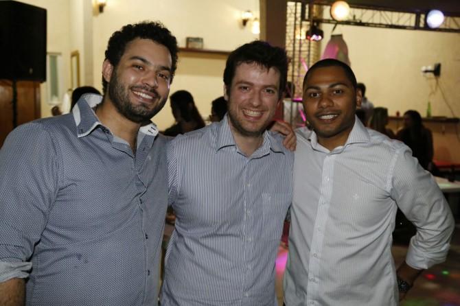 Posando para a foto: o advogado Yves Drosghic ladeado pelo amigos, os advogados Fernando Larangeira e André Fredo durante a festa de fim de ano da Associação dos Novos Advogados.