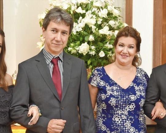 O casal Marcos Rogerio Kochi de Souza e  Marileia Fatima Arguello de Souza. Eles que comemoraram no último dia 13, os 25 anos de casamento.