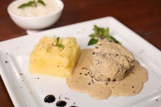 Steak au poivre com purê de batata inglesa e mamteiga trufada