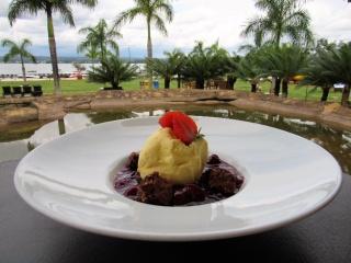 Liv Lounge -  Sopa fria de frutas vermelhas com sorvete de creme e brownie