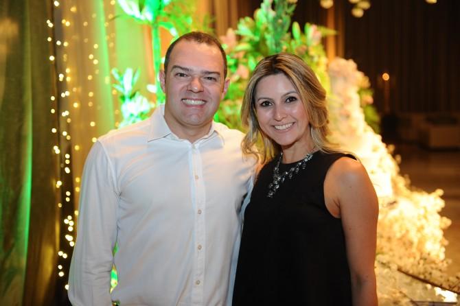 Edgar Nasser e a aniversariante do último dia 9, a cirurgiã dentista, Samara Schmidt.