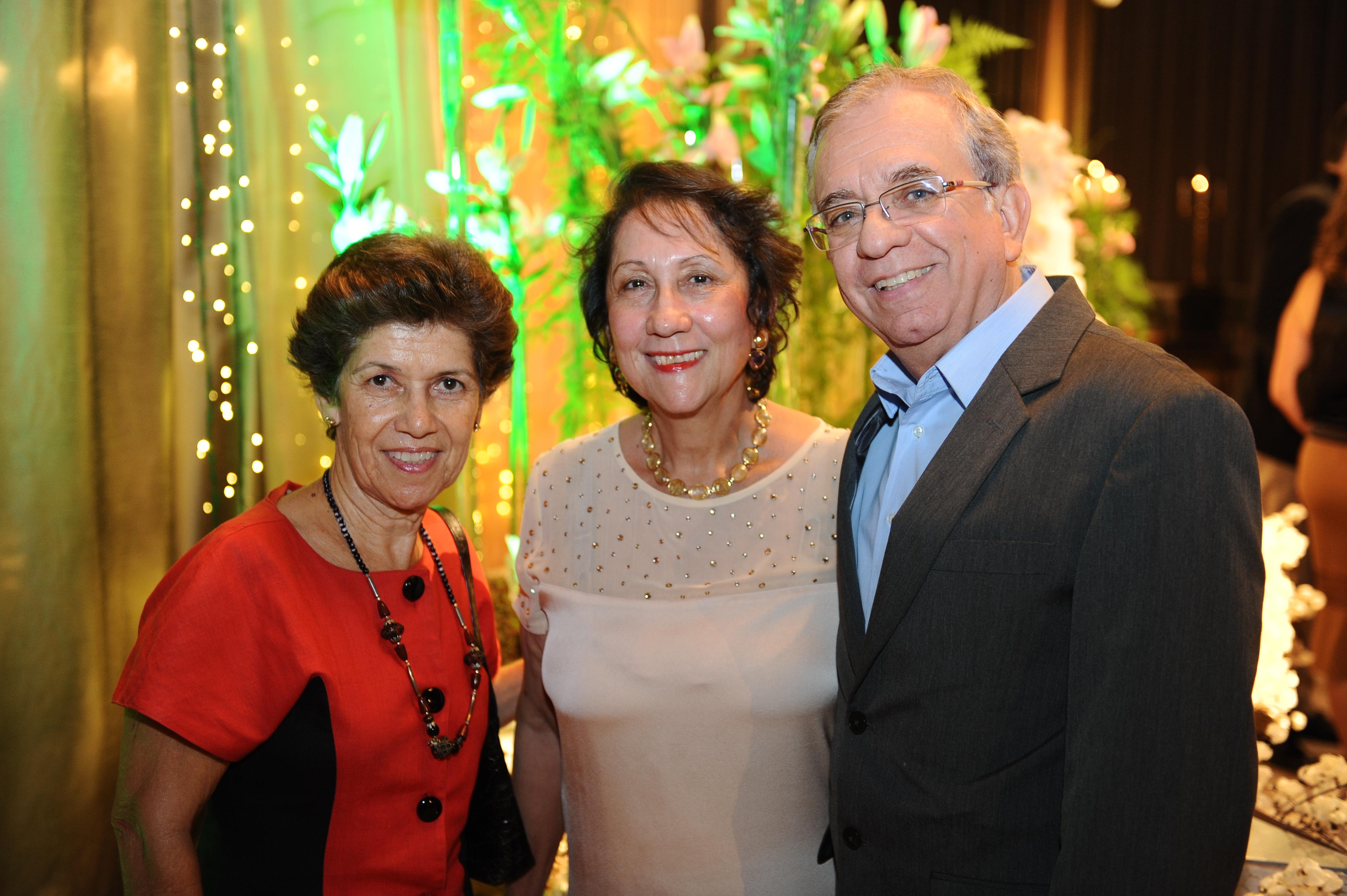 A advogada Gilcleide Alves clicada ao lado do casal Beth e Sergio Furlane.