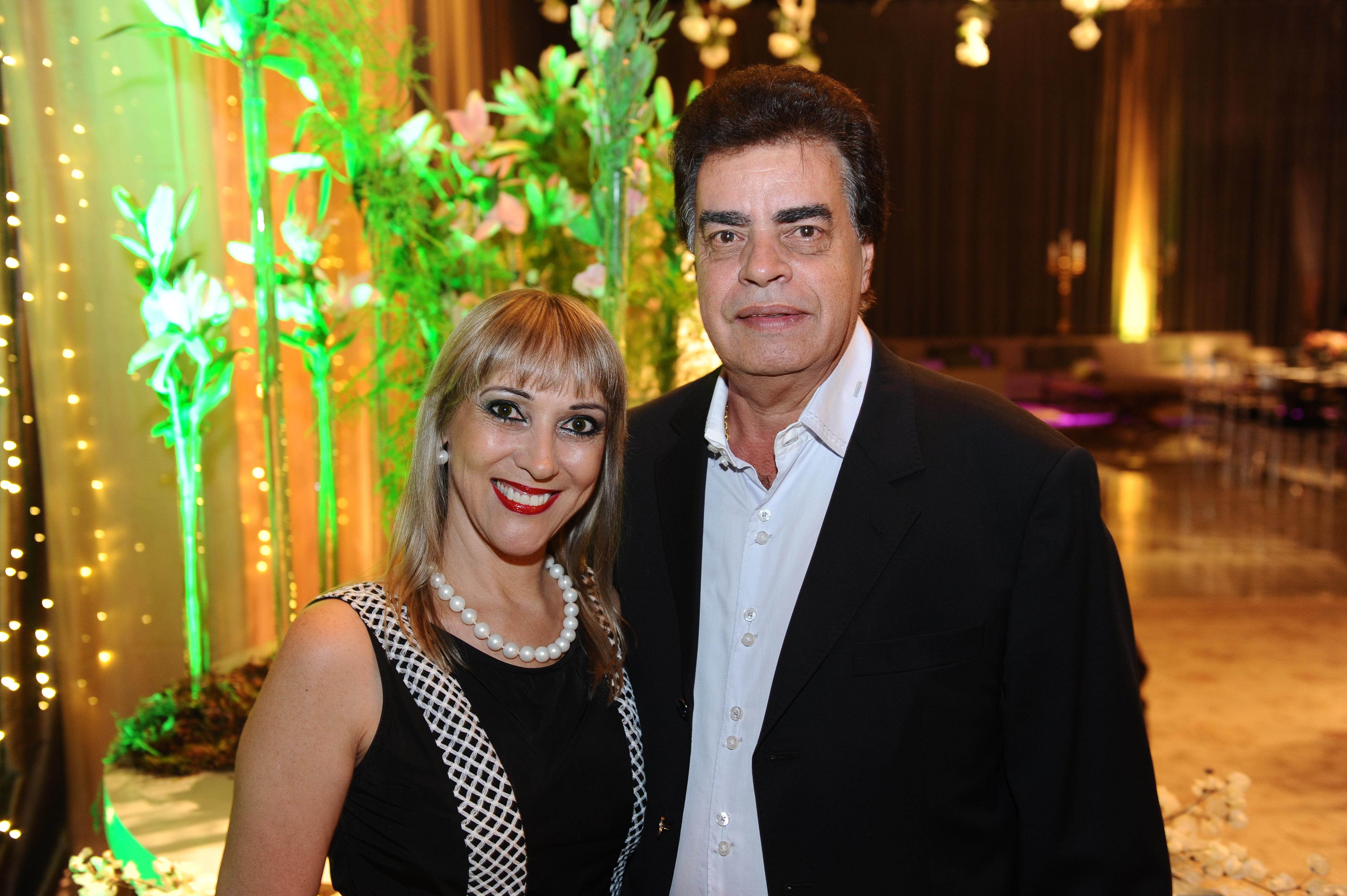 Sempre de bem com a vida o casal Ione Albuquerque e Paulo Souza.