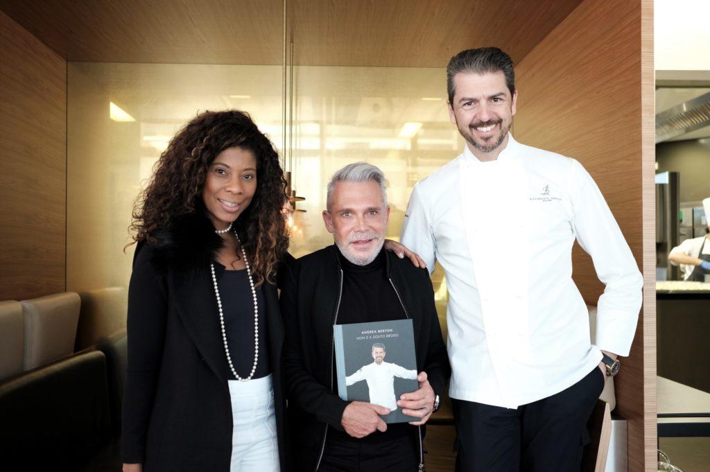 A diretora do Italiá em Português Denise Brito, organizou o encontro entre o renomado Chef e Leo Shehtman,que foi presenteado com livro do Chef Andrea Berton.