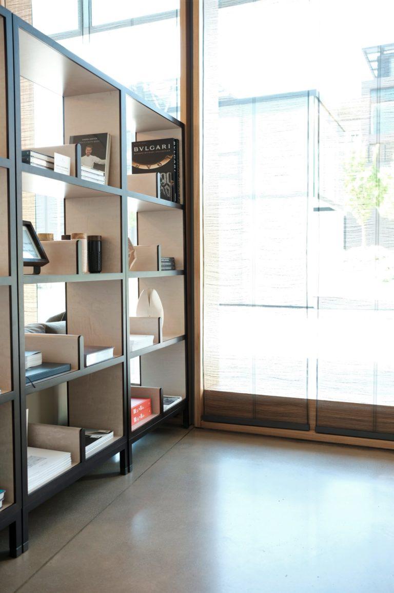 A Estante do restaurante, local onde o Chef Andrea Berton expõe todos seus livros de sua autoria.