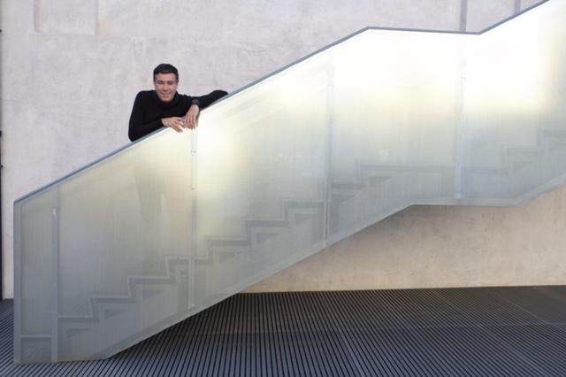 O Arquiteto nas escadas da Fondazione Prada.
