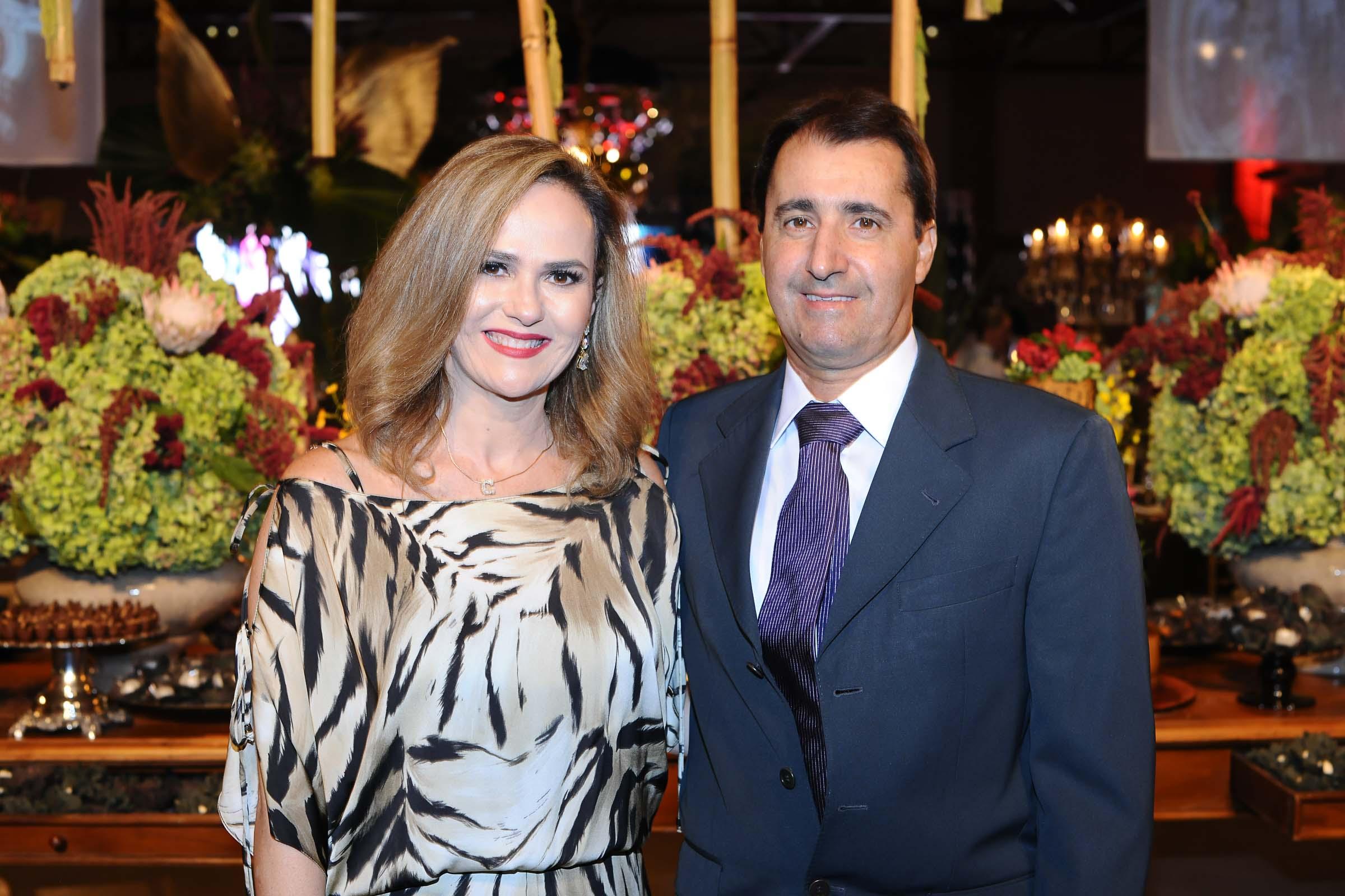 Em noite de festança, o casal Ana Cristina Martins e Luiz de Oliveira