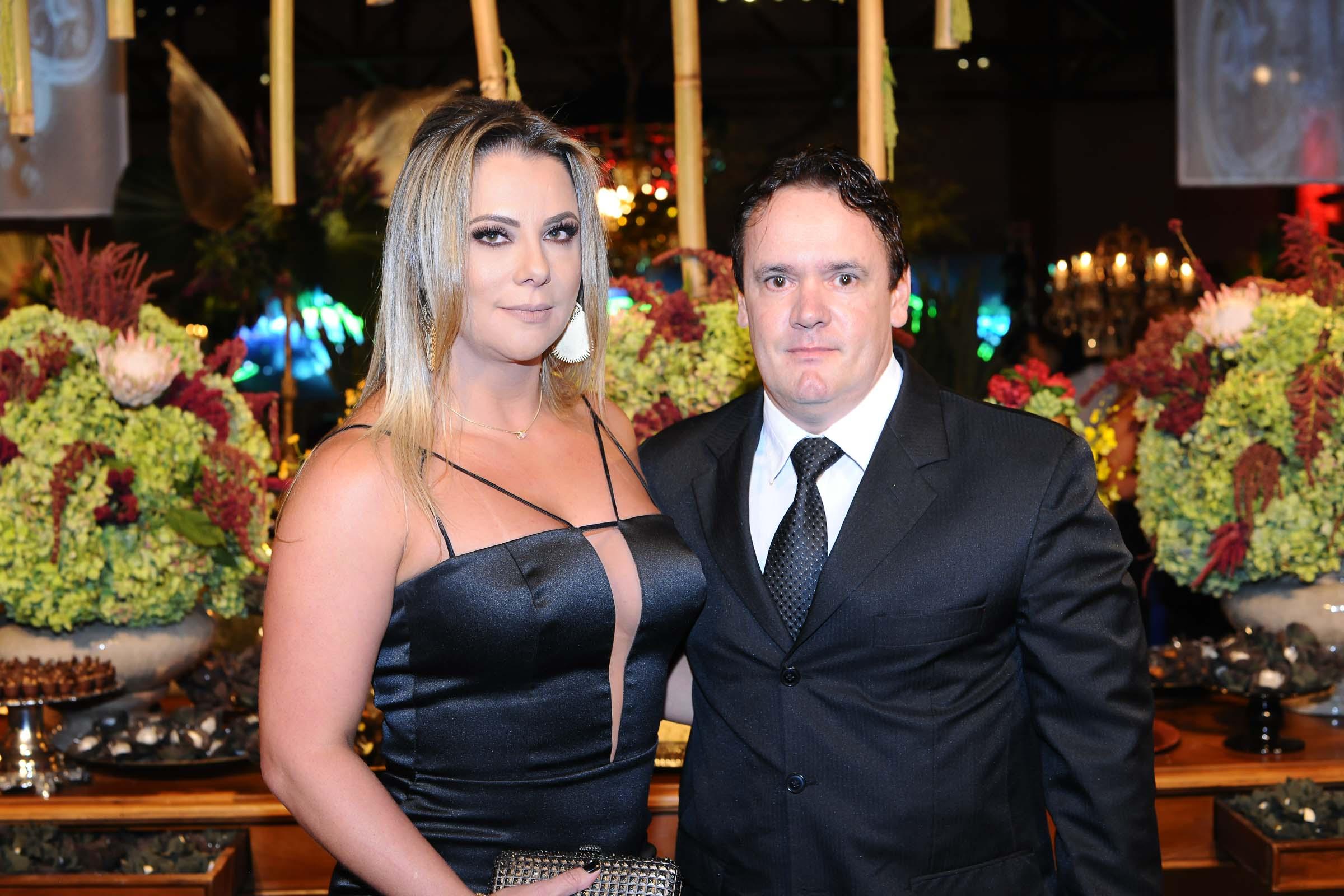 A aniversariante da próxima segunda-feira, a empresária Janaina de Barros ao lado do maridão, José Marcio dos Santos. Eles que comandam a tradicional New Line Sistema de Alarmes.