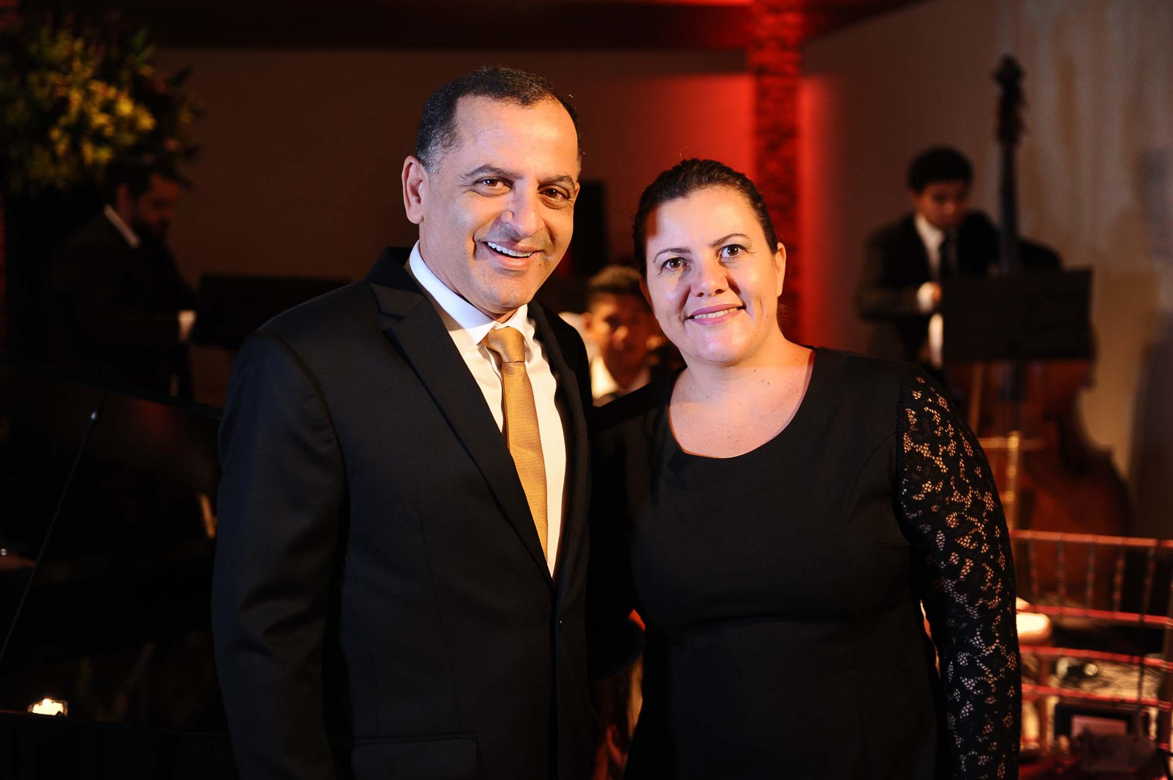 O anfitrião ao lado da empresária do grupo Prelúdio, Lilian Veron