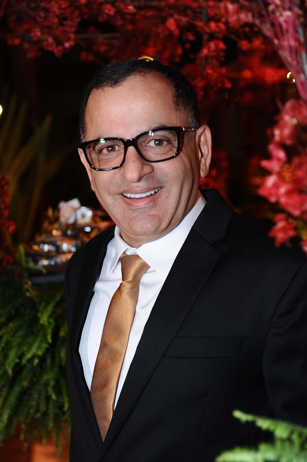 O anfitrião da noite, o jornalista Jefferson de Almeida, vestido pela loja Saga usando a marca Ricardo Almeida.
