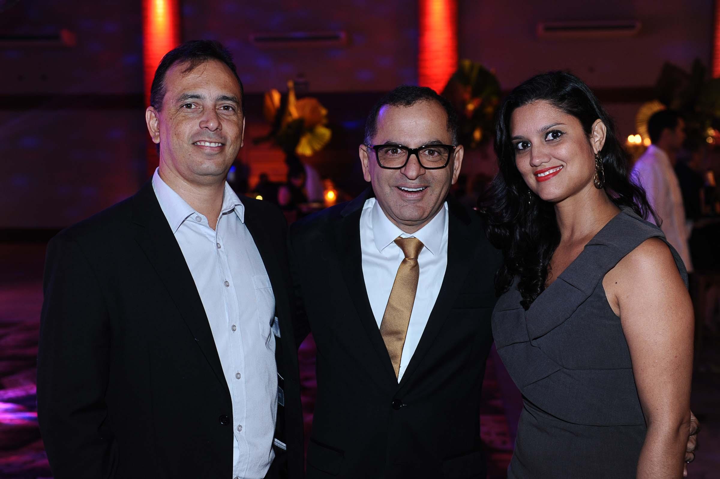 O casal Cristiano de Sales e Adriana Fernandes Alves com o anfitrião, Jefferson de Almeida