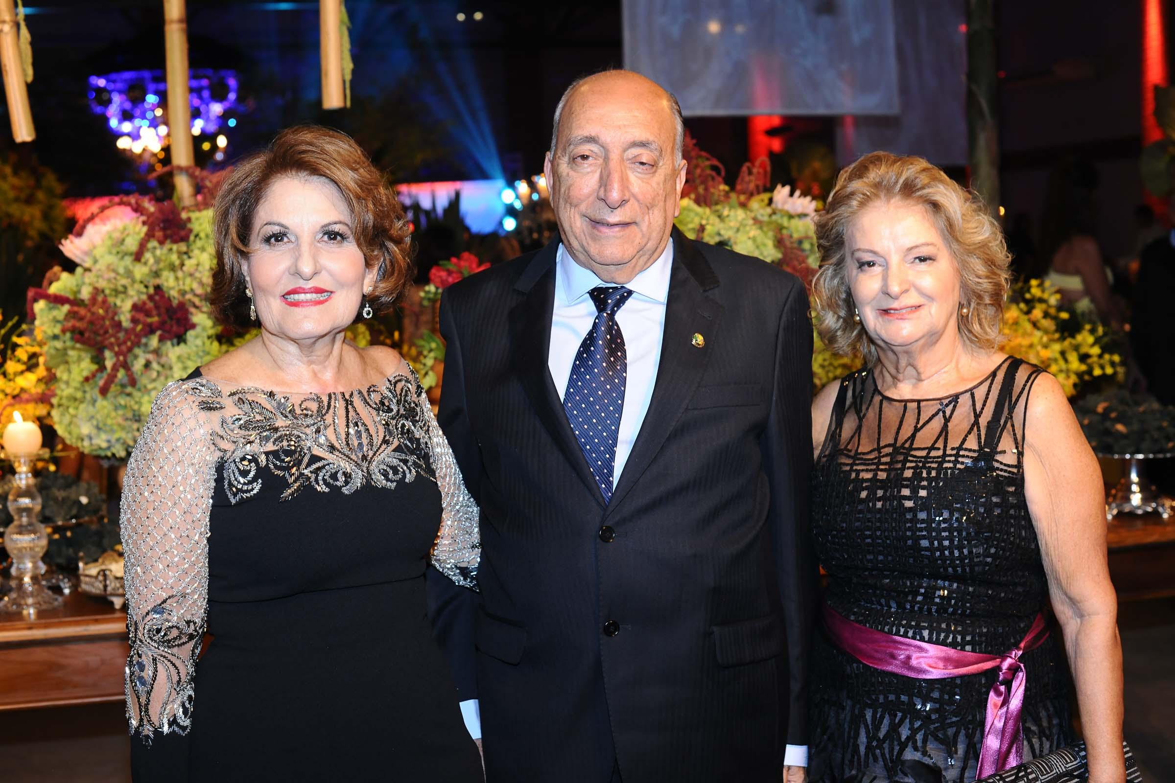 O casal Reni Domingos dos Santos e o senador Pedro Chaves dos Santos Filho e Therezinha Samwais