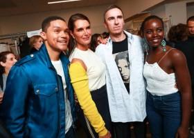 Celebridades prestigiam desfile da Calvin Klein na NYFW