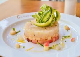 Tartare de peixe com pêssego e abobrinha