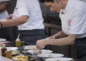 Cozinheiros enfrentam prova de serviço em restaurante do chef Henrique Fogaça