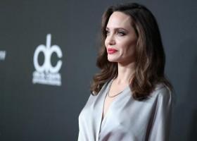 Angelina Jolie usa jóias Tiffany & Co para o 21º Hollywood Film Awards