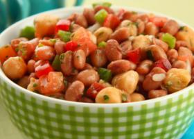 Salada de feijão rosinha com grão-de-bico