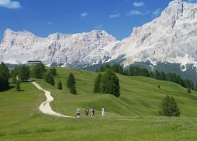 Curta intensamente o verão na Alta Badia, um vale Dolomita por Itália em Português