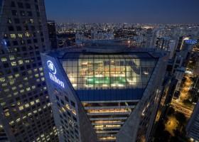Composta por pedra vulcânica, piscina do Hilton São Paulo Morumbi é opção diferenciada no Verão