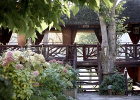 Hotel Les Etangs de Corot oferece brunch ao ar livre